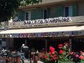 Boire un café au bar du Col d'Amphore